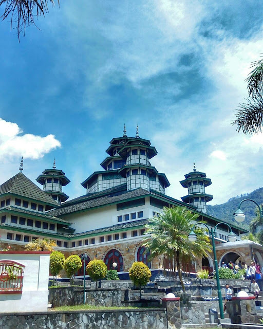 Masjid Raya Bayur dipinggir danau Maninjau, Kabupaten Agam, Sumatera Barat