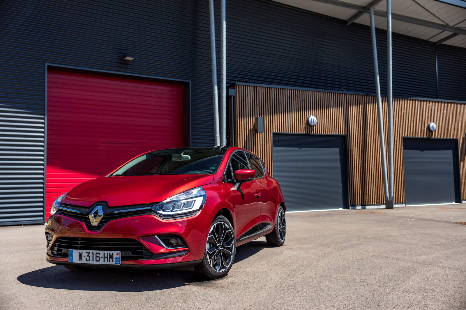 renault drops more images of the updated clio carscoops. Black Bedroom Furniture Sets. Home Design Ideas