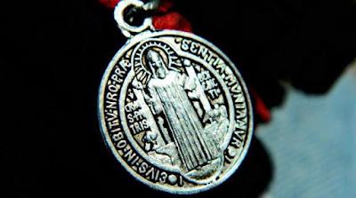 imagem de medalha milagrosa de São Bento