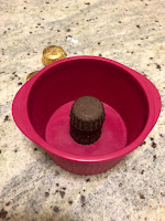 Empilement des peanut butter cups au centre du moule pour la réalisation des moelleux au chocolat