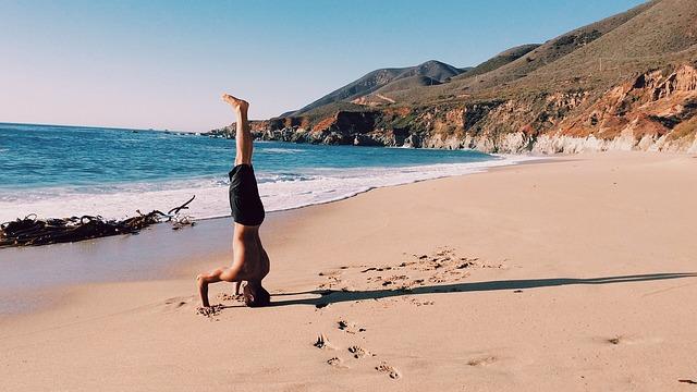 海辺で逆立ちする男(心理的リアクタンス)