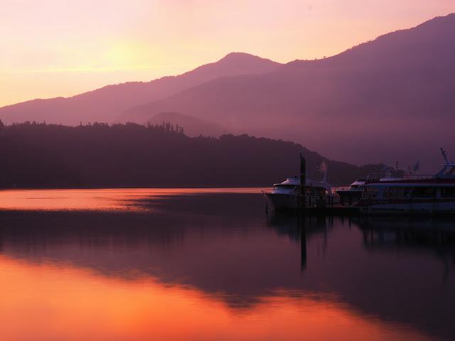 Hoàng hôn hồ Nhật Nguyện