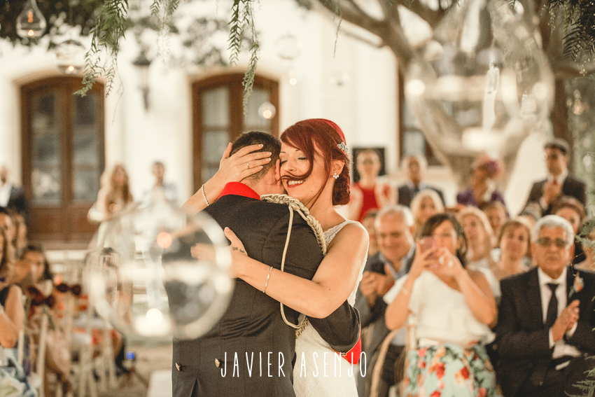ceremonia novios abrazados