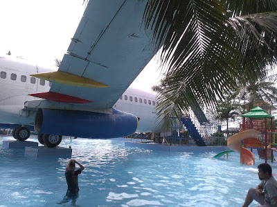 kolam renang plus pesawat