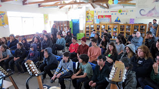 Claudio Rojas Exponiendo sobre lutheria - colegio Sol del illimani