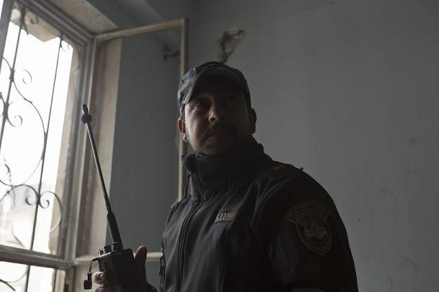Ένα Ανθυπαστυνόμος Β΄ της Ομοσπονδιακής Αστυνομίας ακούει πληροφορίες για κάποια επίθεση με όλμους