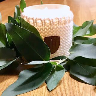 Kranz aus Eukalyptuszweigen als Dekoration für Duftkerzen