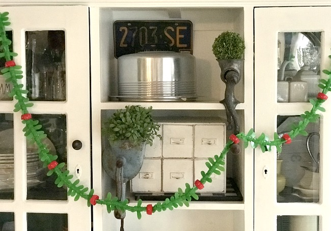 Recycled applesauce tops into festive holiday garland