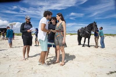 Juliana Paiva e José Condessa gravam cenas de 'Salve-se Quem Puder' em praia de Cancún — Foto: João Miguel Junior/Globo