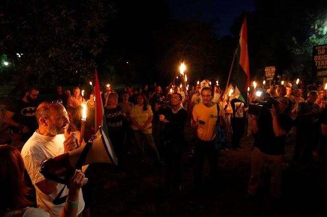 Moldován László LMP-s erzsébetvárosi önkormányzati képviselő beszédet mond pártja demonstrációján a Városligetben 2016. július 20-án. A demonstrációt a ligetvédők mellett és a Városliget megvédéséért hirdették meg. Délelőtt határozatképtelenség miatt berekesztették az Országgyűlés rendkívüli ülését, amelyen a városligeti beruházást lehetővé tevő Liget-törvény megsemmisítéséről szóló javaslat került volna napirendre.