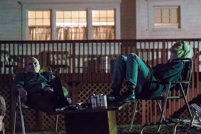 Toby Huss y Mackenzie Davis en Halt and Catch Fire
