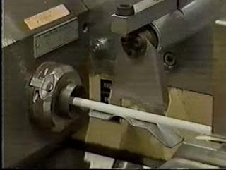 cigarro sendo preparado pela máquina