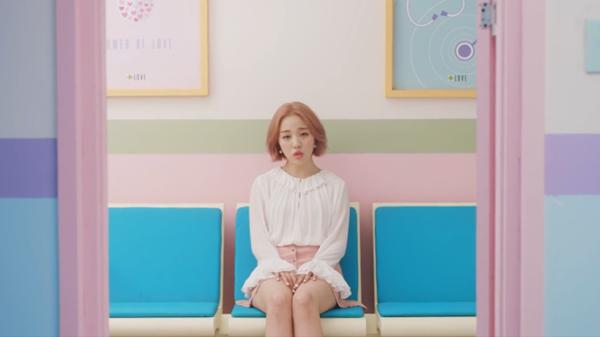 Baek Ah Yeon Alami Patah Hati Tak Tertolong di MV 'So-so'