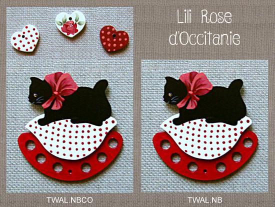 """Tri-fils bois peint, chat noir sur coussin rouge et blanc + charms """"Coeurs"""" assortis. Broderie et point de croix"""