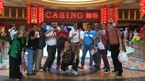 Inilah Foto Anggota DPRD Limapuluh Kota di Depan Kasino Singapura Yang Mendadak Viral