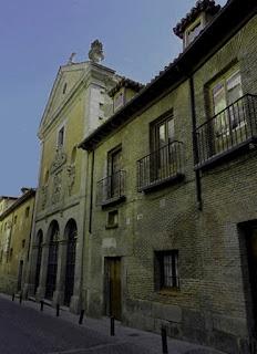 Fachada de la iglesia y convento de las Trinitarias, con tres arcos en la entrada principal de un edifico sencillo de viejos ladrillos.