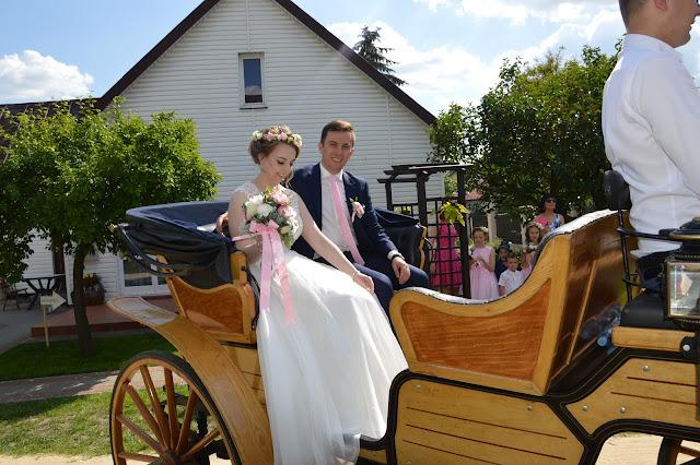 ślubne inspiracje, bryczka ślubna, pojazd do ślubu, para młoda, suknia ślubna, wyjazd do ślubu, jedziemy do ślubu