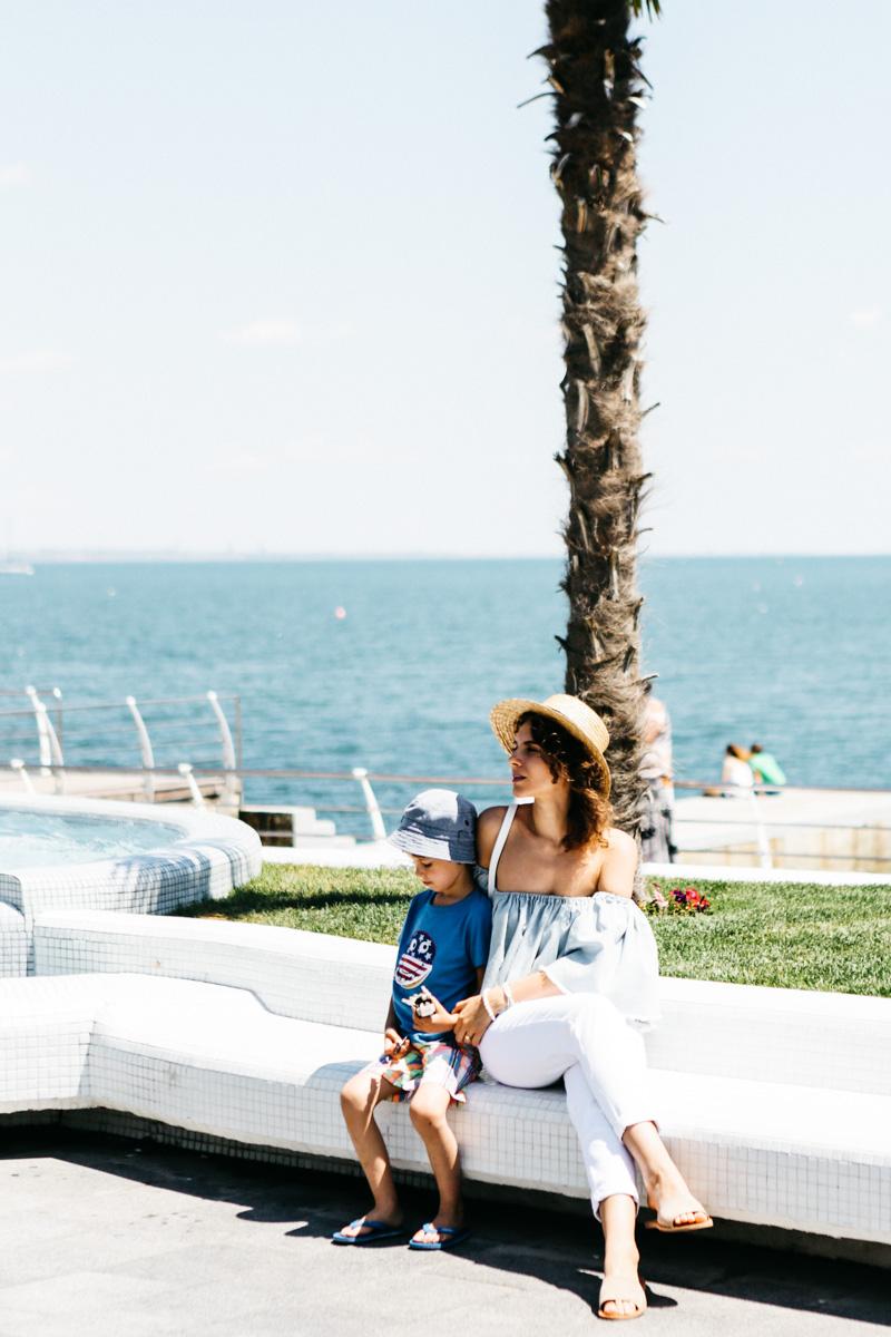 стильный мальчик с мамой блоггером