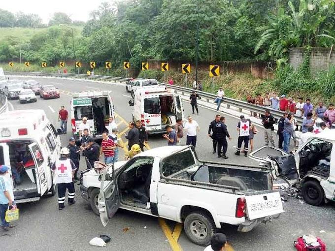 Camioneta invadió carril; 10 lesionados