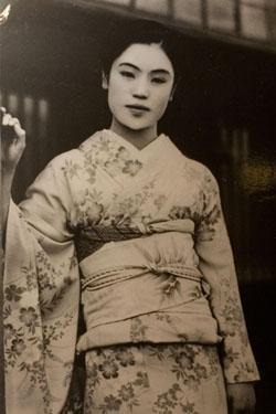 Onsen geisha Matsuei tại Yukiguni no Yado Takahan, Yuzawa, Nhật Bản, người mà Yasunari Kawabata đã gặp năm 1934, là hình ảnh để xây dựng nhân vật trong truyện. (Nguồn: wikipedia)
