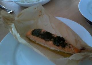 Fertiges Lachsfilet im Backpapier auf Teller