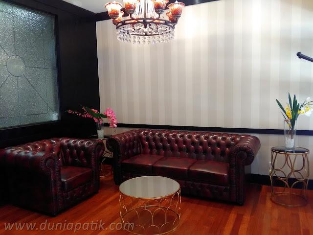 Ruang menunggu di salon Gentlemen's Tonic