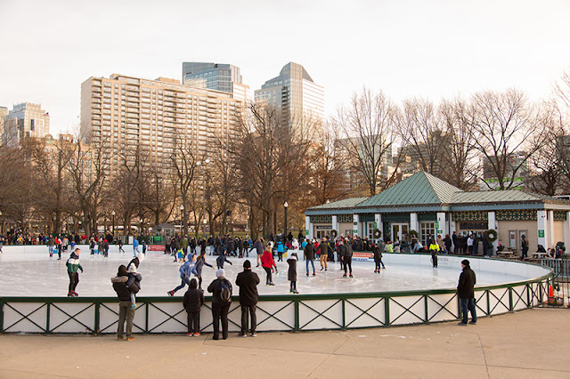 Patinação no gelo no parque Boston Common em Boston