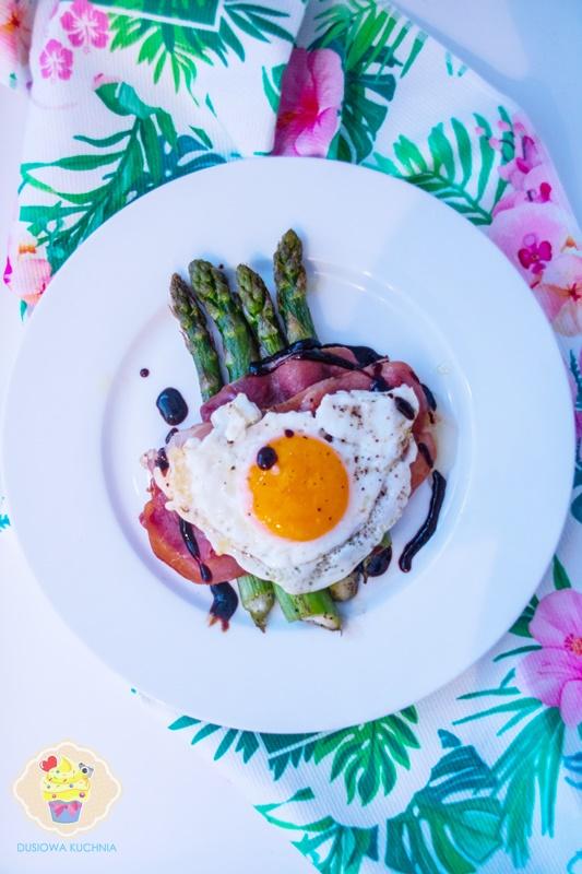 Szparagi z szynką i jajkiem sadzonym