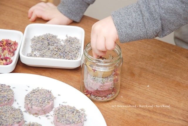 Selbstgemachte und nützliche Geschenke sind wundervoll. Seife kann ganz einfach, auch ohne kochen, von Kindern alleine hergestellt werden. Ich zeige euch, wie das geht! - Selbstgemacht - Montessori-inspiriert - Geschenkidee -
