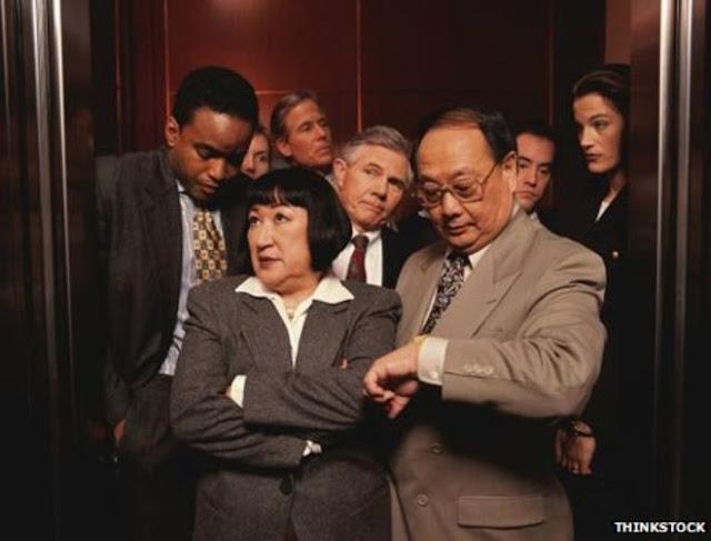 عندما تركب المصعد مع شخص لا تعرفه أبداً