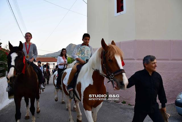 Περιφορά της εικόνας του Αγίου Γεωργίου με άλογα στα Λευκάκια (βίντεο)