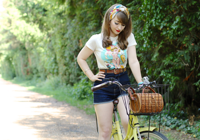 Playful 50s inspired high waisted jeans shorts and t-shirt outfit