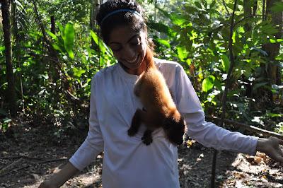 Voluntaria con un ocelote en el centro de animales rescatados de Bolivia.