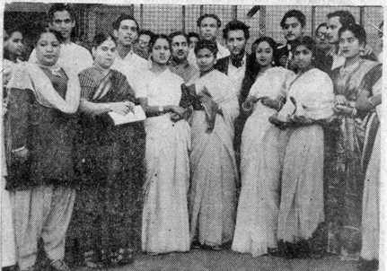 जोहरा जान, राजकुमार, अमीरबाई कर्नाटक, हमीदा बानु, गीता रॉय (बाद में गीता दत्त), लता मंगेशकर, मीना कपूर, (और पीछे खड़े) शैलेश मुखर्जी, तलत महमूद, दिलीप ढोलकिया, मोहम्मद रफी, शिव दयाल बातिशी, जीएम दुर्रानी, किशोर गंगुली (बाद में किशोर कुमार) और मुकेश