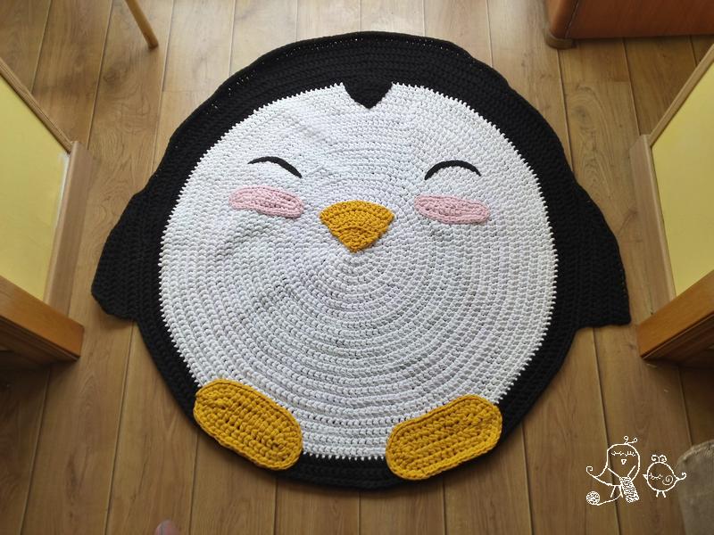 Una alfombra de trapillo con forma de ping ino mientras - Alfombras de trapillo originales ...