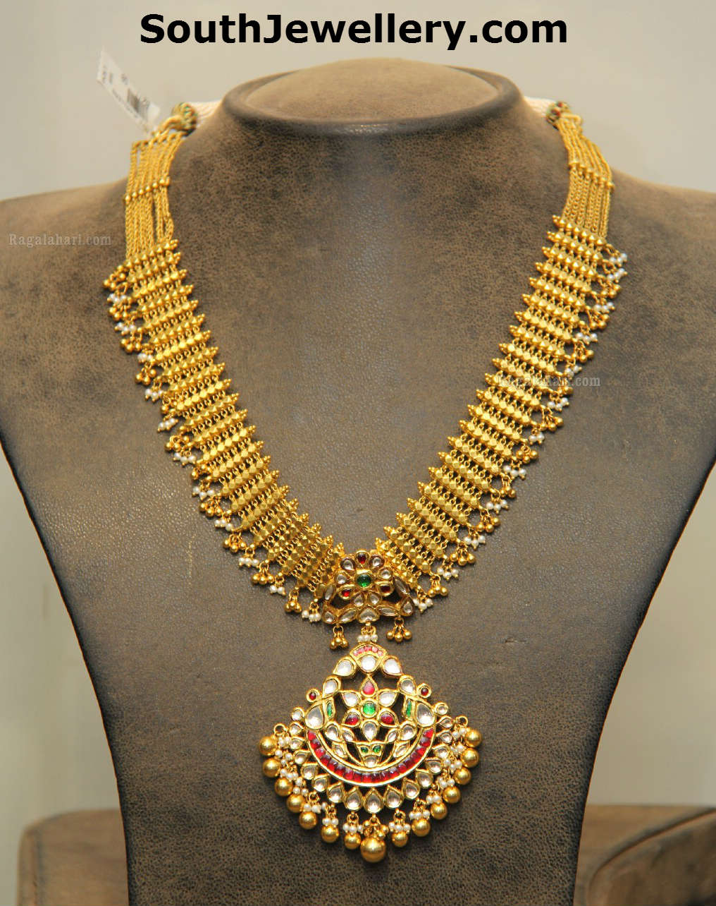 Classy Gold Necklace With Kundan Pendant Jewellery Designs