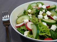 Salata romana cu ridichi, castravete si branza feta