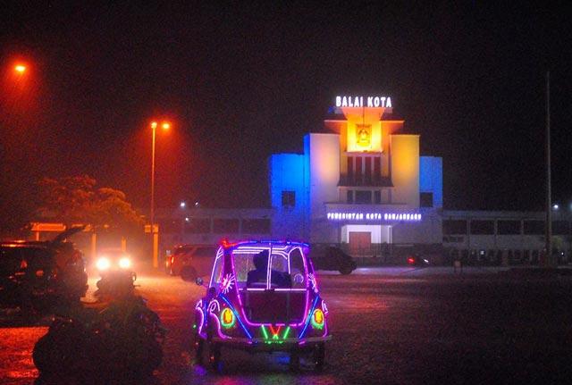 Kota Banjarbaru yang memiliki luas separuh Kota Jakarta ini menawarkan banyak hiburan. Sebagai kota pelayanan, Banjarbaru saat ini sudah banyak berubah, salah satunya perubahan besar di sektor pariwisata. Tidak tanggung-tanggung, kota yang berdiri 20 April 1999 ini memiliki 19 objek wisata andalan. Berikut daftar 19 destinasi wisata andalan Kota Banjarbaru.