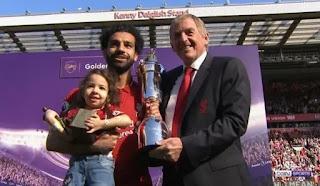 فيديو: تكريم محمد صلاح بجائزة هداف الدوري الانجليزي مع ابنته مكة وزوجته وجائزة افضل لاعب