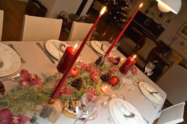 Borddekking med dyprøde lys og orkideer til jul. Dekket bord fra flere vinkler. Furulunden DSC_0092