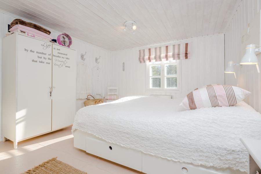 Biały domek z naturalnymi dodatkami, wystrój wnętrz, wnętrza, urządzanie mieszkania, dom, home decor, dekoracje, aranżacje, scandinavian style, styl skandynawski, rustic style, styl rustykalny, biel, white, small room, małe wnętrze, sypialnia, bedroom