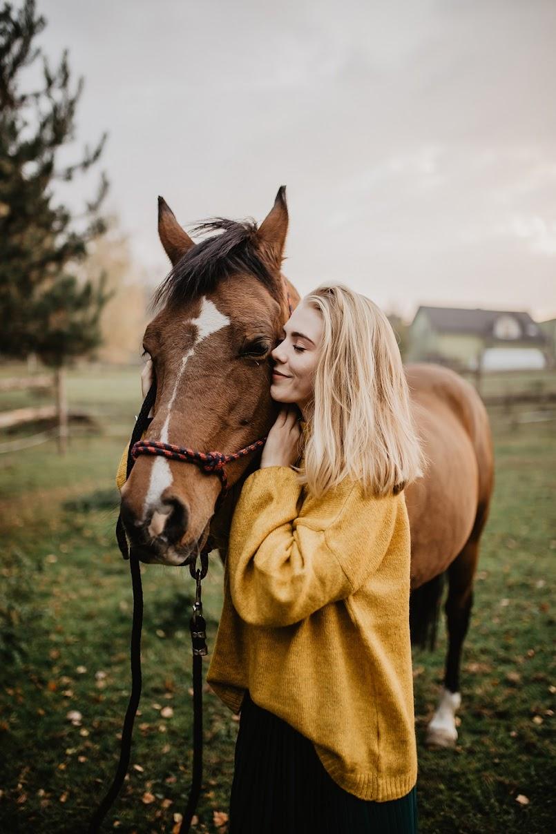 Musztardowy sweter i plisowana spódnica   Jesienna stylizacja z końmi