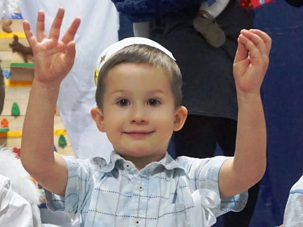 trzylatek aniołek na jasełkach chłopiec