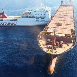 Due navi, una portacontainer cipriota e un traghetto tunisino si sono scontrate in mare, tra Genova e la Corsica. Da una delle due sta fuoriuscendo dell'olio combustibile, in quantità ingente.