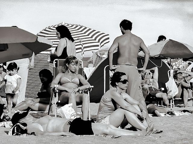 Grupo de bañistas tomando sol