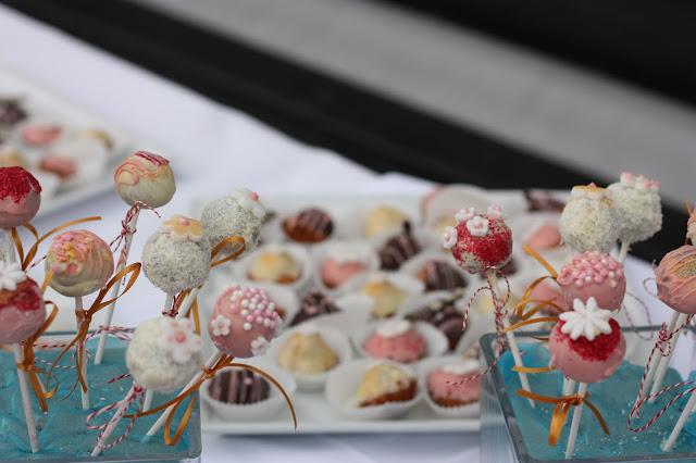 Cake Pops und Törtchen, Eisblau und Leuchtrot, Winterhochzeit in den Bergen von Bayern, Riessersee Hochzeitshotel Garmisch-Partenkirchen, Winter wedding in Bavaria, Germany