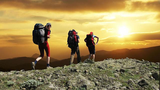 mendaki gunung nan tinggi