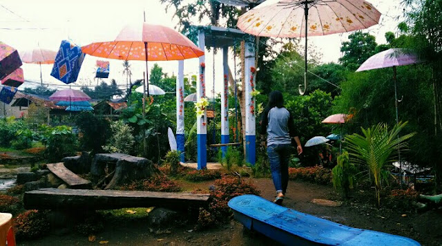 Hiasan payung di kali aro