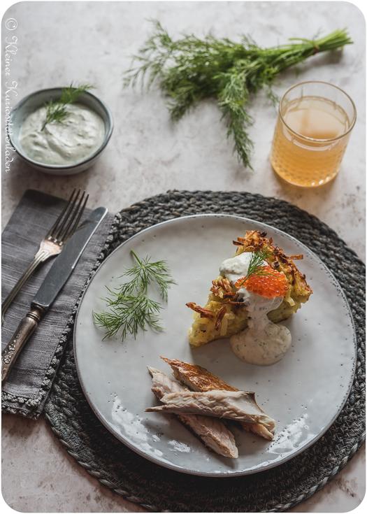 Kartoffelkugel mit Joghurtcreme und Räucherfisch