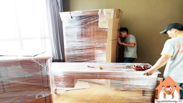 Đồ gỗ được bao bọc bởi carton và màng PE trước khi vận chuyển